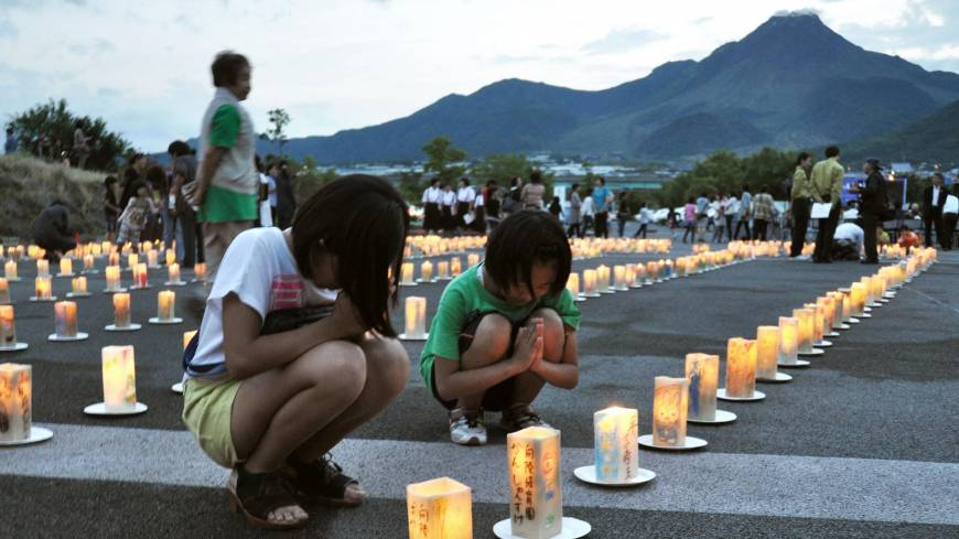 Mourners pray on Tuesday for those killed when Mount Unzen erupted in 1991 above Shimabara, Nagasaki Prefecture.