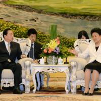 Transport minister Akihiro Ota (left) holds talks with Chinese Vice Premier Liu Yandong at the Great Hall of the People in Beijing on Friday. | KYODO