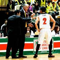 Rebuilding mode: Zeljko Pavlicevic (center) led the Wakayama Trians to an NBL championship runnerup finish this season, but his tenure has ended due to cost-cutting moves. | KAZ NAGATSUKA