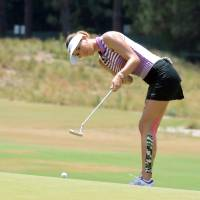 Wie holds lead despite erratic round