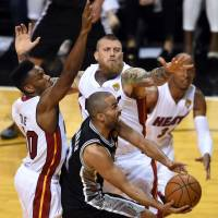 On the brink: Spurs guard Tony Parker goes up for a shot as the Heat's Norris Cole (left) and Chris Andersen defend. | AFP-JIJI
