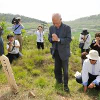 Group visits gravesites in N. Korea