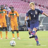 Bring on the World Cup: Japan's Keisuke Honda takes a penalty against Zambia during a friendly on Friday in Tampa, Florida. Honda scored twice in the Blue Samurai's 4-3 victory. | KYODO