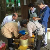 Pickles are made at Kayatsu Shrine. | CHUNICHI SHIMBUN