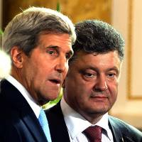 Ukrainian President-elect Petro Poroshenko (right) speaks with U.S. Secretary of State John Kerry during the awarding of the Polish Solidarity Award on Tuesday in Warsaw. | AFP-JIJI