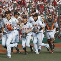 Sakamoto, Giants rally past Eagles in ninth