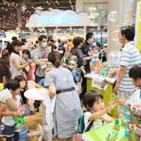 Christmas in June: Visitors check out the thousands of new toys, gadgets and games at the International Tokyo Toy Show on Thursday. | YOSHIAKI MIURA