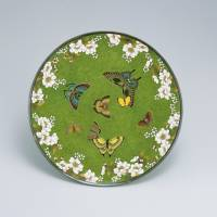 Cloisonne plate with butterflies and cherry blossoms design by Yasuyuki Namikawa (left) and A maki-e (gold-embellished) lacquered inro (portable case) with Oxalis, leaf and butterflies design by Zeshin Shibaya (right) | KIYOMIZU SANNENZAKA MUSEUM