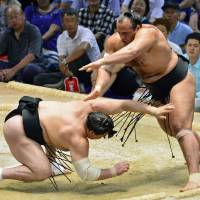 Egyptian wrestler Osunaarashi takes down another yokozuna
