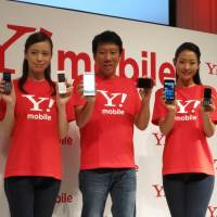 Ymobile touts simplicity, low fees in smartphone war