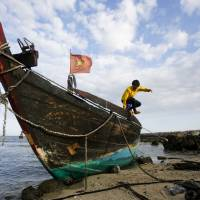 China keeps fishing fleet connected in disputed waters