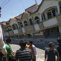 Quake slams Mexico, Guatemala; at least three dead