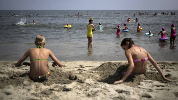 Indoor tanning behind 200% spike in deadly skin cancer: U.S. surgeon general