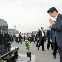 Abe visits towns in Tohoku disaster areas