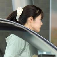 Riken researcher Haruko Obokata enters the Riken building in Kobe Wednesday morning to participate in experiments to verify the findings of her research. | KYODO