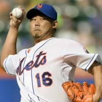 Equals MLB career best: New York's Daisuke Matsuzaka fires a pitch against Atlanta on Saturday. Matsuzaka struck out 10 but did not factor in the decision as the Mets won 5-4. | KYODO
