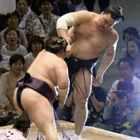 Harumafuji falls again; Hakuho alone at top