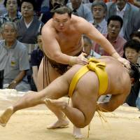 Hakuho too strong for Shohozan in Nagoya