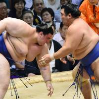 Hakuho triumphs again