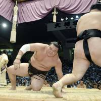 Goeido maintains hoodoo over Hakuho