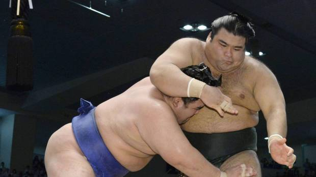 Kotoshogiku, Hakuho keep share of lead; Kakuryu falls
