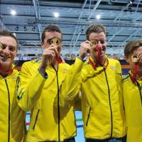 Goldeneye: Australia's gold medal-winning 4x100 men's freestyle relay team pose with their medals on Friday in Glasgow, Scotland. | AFP-JIJI