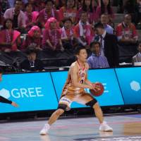 Big ambitions: Akita guard Yuki Togashi (0), seen looking to move the ball against bj-league Final Four foe Toyama in May, aims to continue his pro career overseas.  | TAKASHI SATO