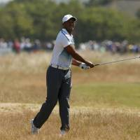 Tiger uses late birdie blitz to card a 3-under 69
