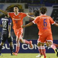 Marinos pounce on late goal-scoring chances, beat Sanfrecce