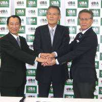 A pledge to meet: NBL Japan president Mitsuru Maruo (left), JBA president Yasuhiko Fukatsu (center) and bj-league commissioner Toshimitsu Kawachi say they are committed to holding talks concerning a new Japan pro league planned for the 2016-17 season. | KAZ NAGATSUKA