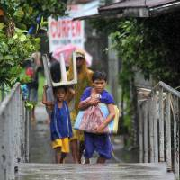 Thousands flee as typhoon hits eastern Philippines