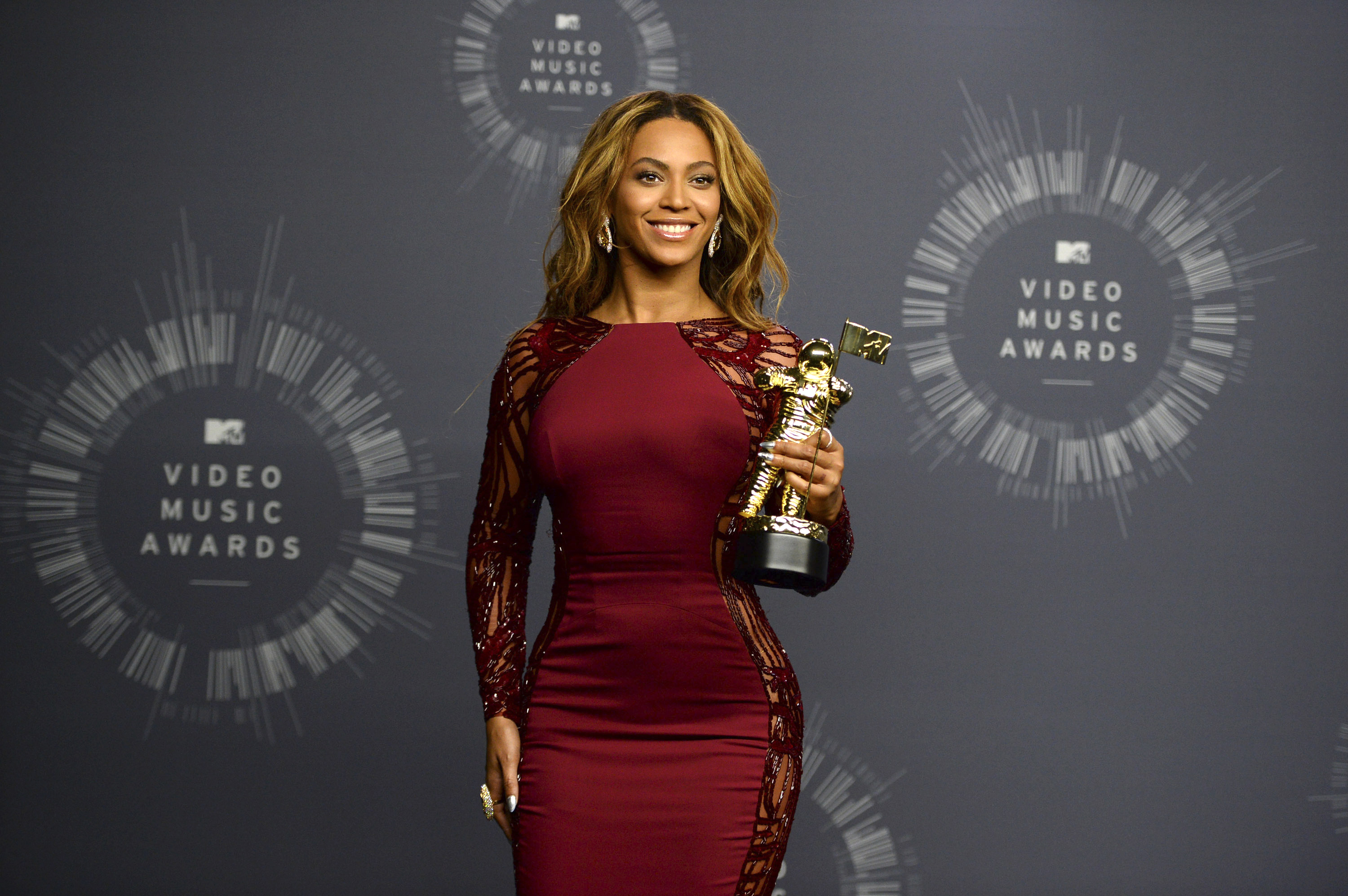 Bow down beyonce owns the mtv video music awards the for Michael j arlen living room war