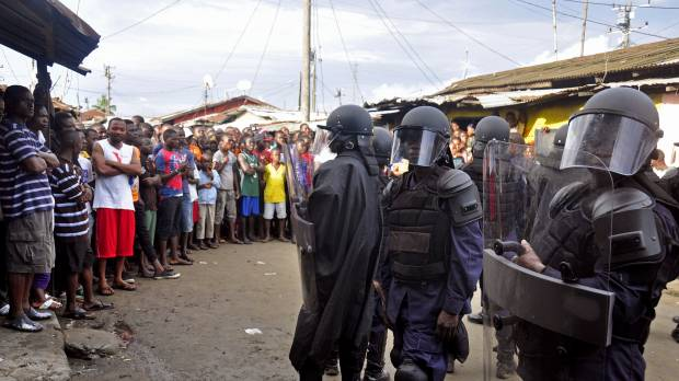 Liberian police seal off 50,000 in Monrovia slum as Ebola death toll hits new high