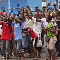 Liberian police shoot to disperse Ebola quarantine protest; virus deaths reach 1,350