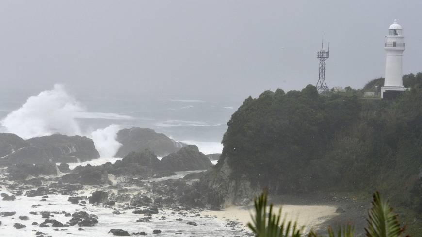 Waves pound the cape of Shionomisaki in Kushimoto-cho, Wakayama Prefecture, at 10 a.m. Sunday.