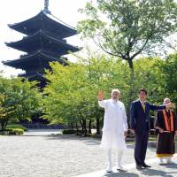 India's Modi tours Kyoto temple with Abe ahead of Tokyo summit