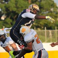 Constant pressure: Obic defensive end Kevin Jackson tries to block a pass during the first quarter of the Seagulls' 86-0 win over the Taiyo Building Management Cranes in Kawasaki on Sunday. | HIROSHI IKEZAWA