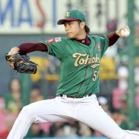 Karashima tosses seven solid innings, benefits from teammates' timely hits