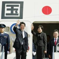 Abe leaves for U.N. General Assembly, summit talks in N.Y.
