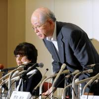 Riken President Ryoji Noyori apologizes during a news conference in Tokyo last Wednesday. | SATOKO KAWASAKI