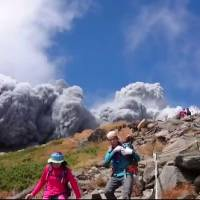Volcano eruption on Nagano-Gifu border wounds 46; Abe mobilizes SDF