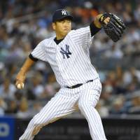 Notches 10th victory: New York's Hiroki Kuroda delivers a pitch against Boston on Wednesday night. The Yankees won 5-1. | KYODO