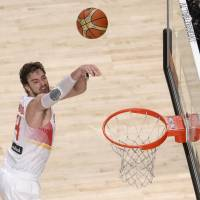 Spain, U.S. roll into quarterfinals with routs