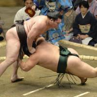 Hakuho collects win on first day of basho