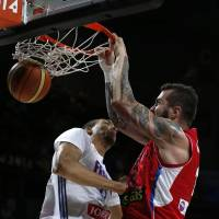 Serbia holds on to defeat France, faces U.S. in final