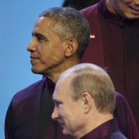 Obama, Putin chat briefly on Beijing summit sidelines, skip issues