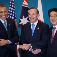 At trilateral summit, Abe, Obama, Abbott urge peaceful resolution of Asia-Pacific disputes