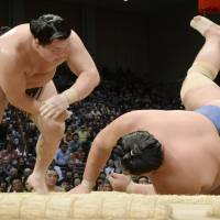 Hakuho seizes control in intense title quest