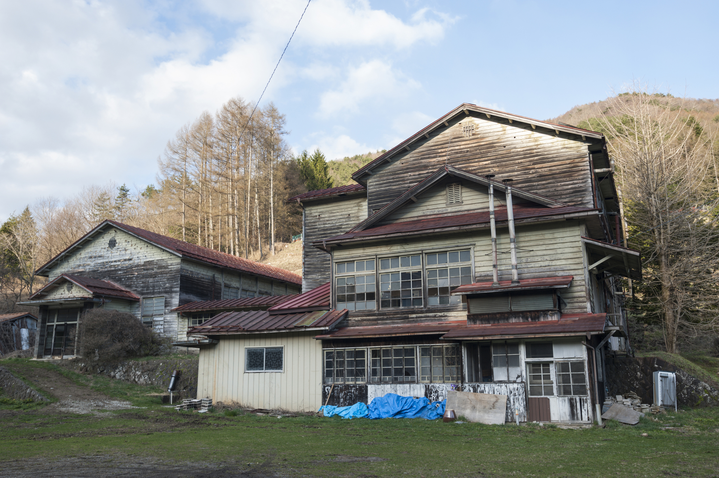 The exterior of an abandoned elementary school in the district of Suwa, Nagano Prefecture.