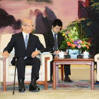 China's Li hints at thaw in chat with friendship advisory panel
